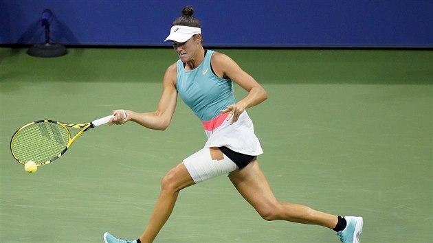 Američanka Jennifer Bradyová returnuje v semifinále US Open.