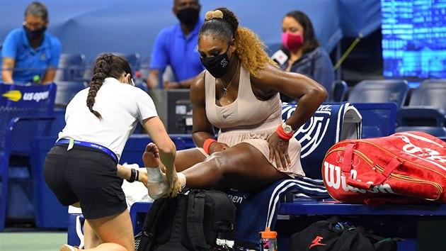 Serena Williamsová během ošetřování v semifinále US Open.