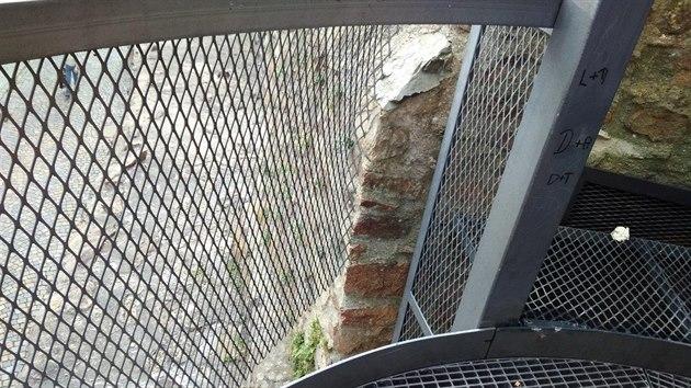 Necelı měsíc po opravě vandalové opět poničili rozhlednu v jihlavské Věžní ulici. Ta nyní bude opět zhruba dva tıdny zavřená.