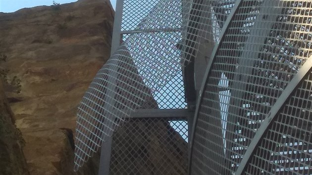Minulá oprava v srpnu město stála 20 tisíc korun. Rozkopané pletivo se už nedalo opravit, proto se muselo nahradit novım. Dělníci tam o prázdninách upevnili celé drátěné vıplně vykopnuté z kovové konstrukce.