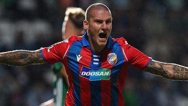 Útočník Zdeněk Ondrášek oslavuje svůj první gól v dresu Plzně.