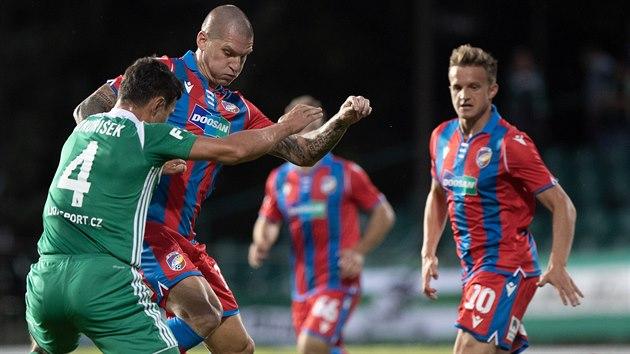 Plzeňskı útočník Zdeněk Ondrášek se snaží udržet míč v utkání proti Bohemians.