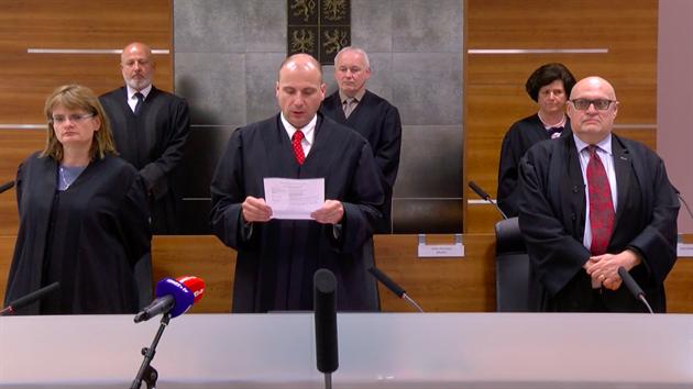 Kárnı senát Nejvyššího správního soudu, soudce Milan Závurka stojí vpravo