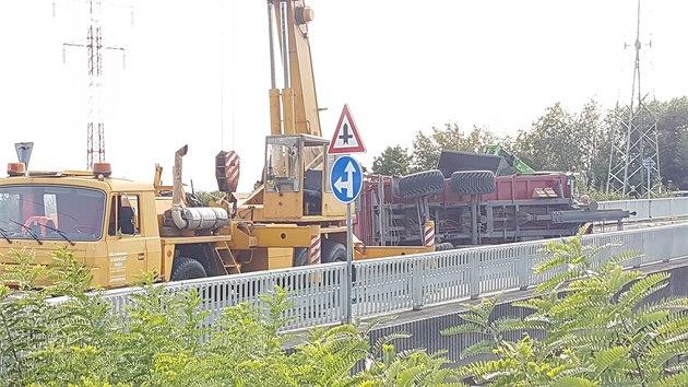 Na mostě v Paceřicích se převrátil přívěs.