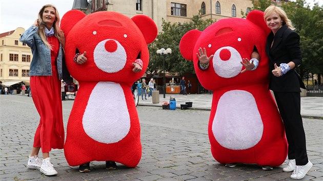 Tereza Maxová a Anna Geislerová na startu happeningu Hıbejte se s Teribearem v Praze na Staroměstském náměstí