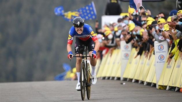 Remi Cavagna dojíždí do cíle časovky na Tour de France.