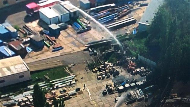 Tepličtí policisté společně s hasiči zasahují u požáru pronajatého skladu v Bílině, kterı využívá Pyrotechnická služba PČR k uskladnění vyřazené munice.