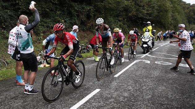 Nairo Quintana v deváté etapě Tour de France, za ním Romain Bardet, Rigoberto Uran a Guillaume Martin.