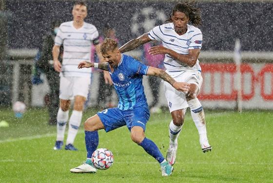 Niklas Dorsch z Gentu zkouší udržet míč před Gersonem Rodriguesem z Dynama...