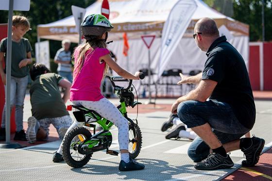 Projekt Jedu poprvé učí děti dopravní značky i základy chování v silničním...