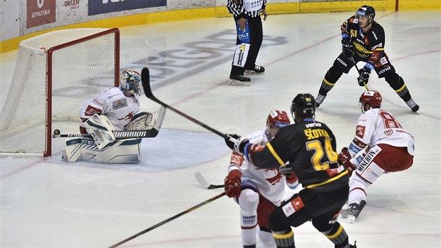 Jan Ščotka z Litvínova dává první gól v utkání proti Třinci.