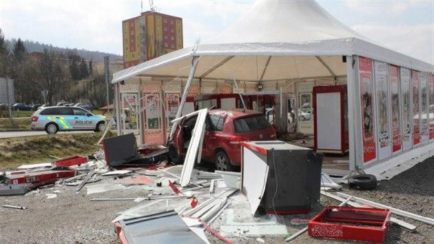 Opilı a zdrogovanı muž naboural v Karlovıch Varech do velkoplošného stanu s automaty.