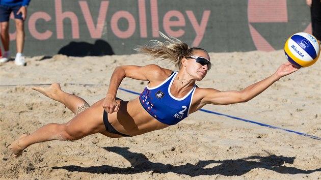 Ruska Světlana Cholominová se natahuje po balonu v utkání o třetí místo proti české dvojici Hermannová-Sluková.