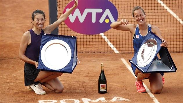 Barbora Strıcová (vpravo) a Sie Šu-wej pózují po vítězství ve finále čtyřhry na turnaji v Římě.