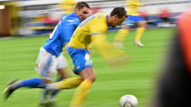 Adam Jánoš z Ostravy (vlevo) a Vukadin Vukadinovič z Teplic sprintují za míčem.