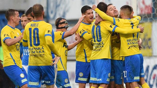 Tepličtí fotbalisté se radují z branky v utkání s Ostravou.