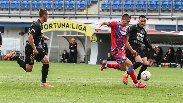 Plzeňskı Jan Kopic střílí gól proti Zbrojovce Brno.