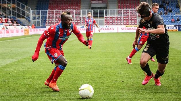 Joel Kayamba (vlevo) z Plzně u míče.