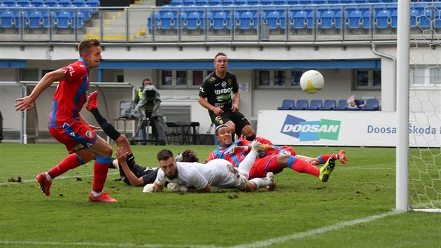 Fotbalisté Plzně (v červeném) útočí na brněnskou branku.