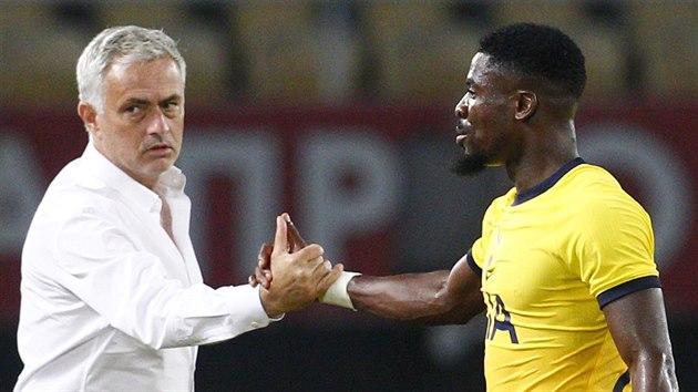 Trenér José Mourinho a obránce Serger Aurier po vítězství Tottenhamu na hřišti Škendije Tetovo v předkole Evropské ligy.