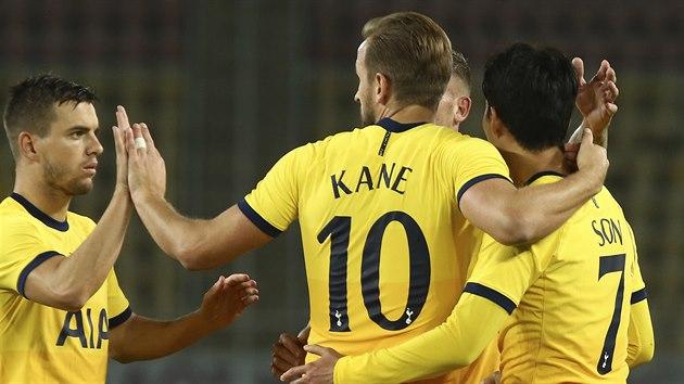 Fotbalisté Tottenhamu se radují z gólu v utkání 3. předkola Evropské ligy na hřišti Škendije Tetovo.