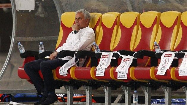 Trenér José Mourinho sleduje na stadionu ve Skopje duel svého Tottenhamu proti Škendiji Tetovo.