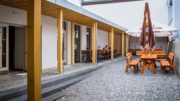Na dvorku domku, kde žil Bohumil Havlasa, je nyní zahrádka restaurace.