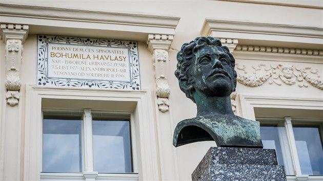 Před domem je busta spisovatele Bohumila Havlasy.