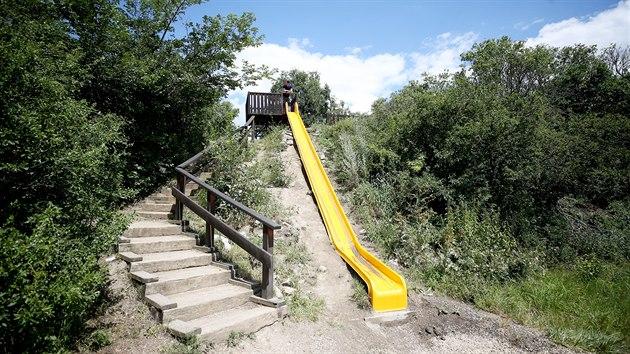 Děti se mohou na bosonohé stezce u Valtic sklouznout na přírodní skluzavce.