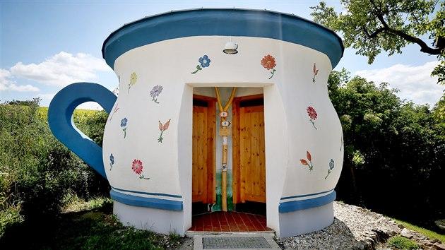 Atmosféru bosonohé stezky u Valtic doplňuje třebai budova s toaletami v podobě džbánku s folklorním vzorem.