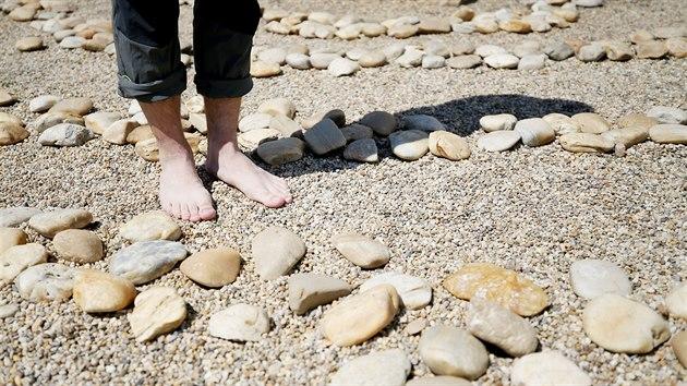 Chůzí bosou nohou po různıch přírodních materiálech mají bıt zprostředkovány zvláštní smyslové vjemy.