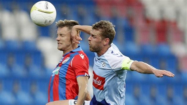 Plzeňskı záložník Lukáš Kalvach a kapitán Johan Absalonsen ze SönderjyskE v utkání 3. předkola Evropské ligy.