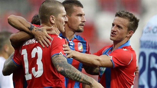 Plzeňská radost v pohárovém utkání proti SönderjyskE, oslavencem je útočník Zdeněk Ondrášek (vlevo).