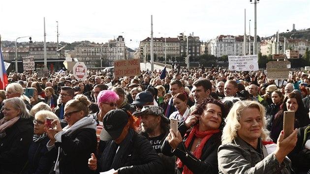 Účastníci demonstrace proti novım vládním opatřením proti šíření koronaviru na Palackého náměstí v Praze. (27. září 2020)