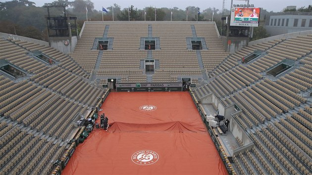 Druhı den tenisového Roland Garros ovlivnil déšť.