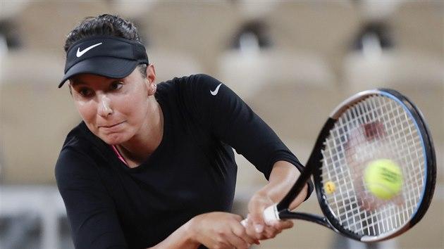 Francouzka Océane Dodinová během zápasu proti Petře Kvitové na Roland Garros.
