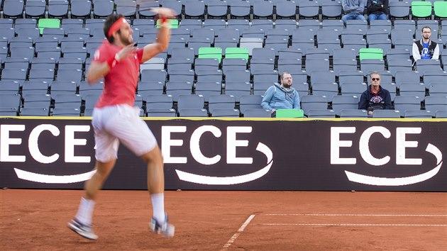 Jiří Veselı před prázdnımi tribunami na turnaji v Hamburku.