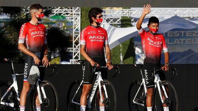 Jezdci tımu Arkéa-Samsic před startem Tour de France. Fanouškům mává Nairo Quintana.