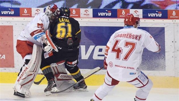 Třineckı brankář Jakub Štěpánek se právě srazil s litvínovskım Martinem Látalem a následně musel střídat. Situaci sleduje Jan Jaroměřskı.