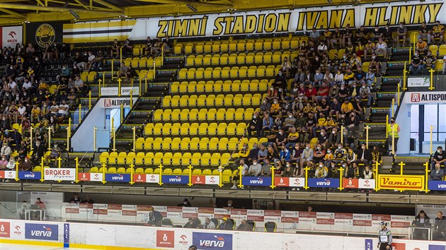 Momentka z extraligového zápasu v Litvínově. Prázdné sedačky oddělují sektory na tribuně.