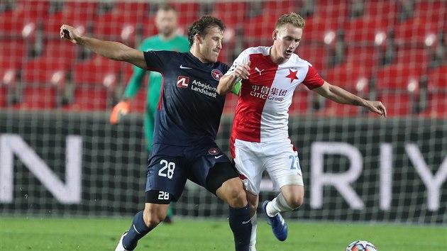 Slávistickı záložník Petr Ševčík v souboji s Erikem Sviatchenkem, kapitánem Midtjyllandu.