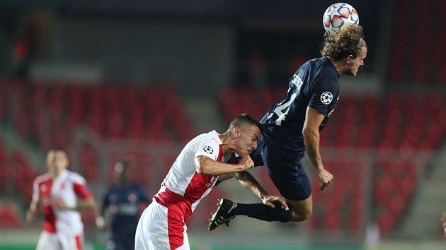 Alexander Scholz z Midtjyllandu ve vítězném hlavičkovém souboji se střídajícím slávistou Petarem Musou.
