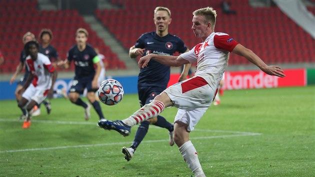 Slávistickı záložník Petr Ševčík vrací balon do šestnáctky Midtjyllandu.