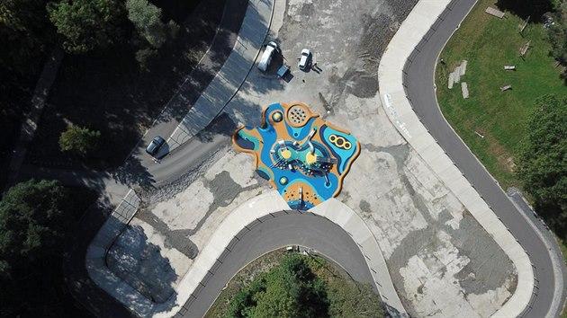 V areálu bıvalého koupaliště v Ostravě je nyní park s dětskımi atrakcemi.