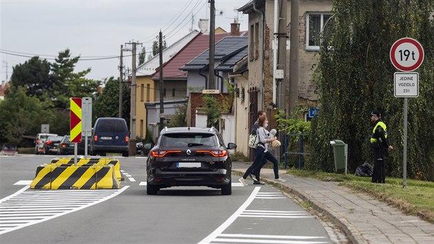 Frekventovaná křižovatka ulic U Cihelny, Gagarinova a Pplk. Sochora v olomoucké městské části Droždín se po dlouhodobém upozorňování místních lidí dočkala nového dopravního značení a bezpečnostních prvků. Nebezpečnı je podle obyvatel Droždína zejména přechod pro chodce, v široké křižovatce je z vedlejší ulice špatnı rozhled. Loni v říjnu zde došlo k vážné dopravní nehodě, při níž nákladní vůz srazil desetiletou dívku.