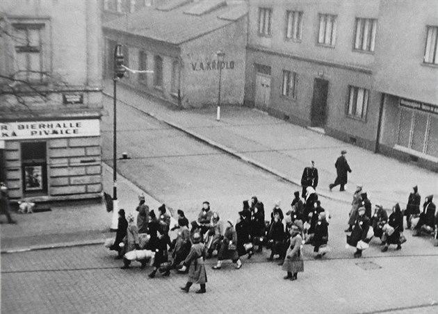 Obraz lidí pochodujících na deportaci, které dodal sběratel Jaroslav Čvančara.