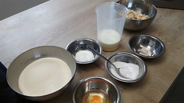 Potřeba je jenom hrubá mouka, rohlík, vejce, mléko, droždí, sůl a cukr.