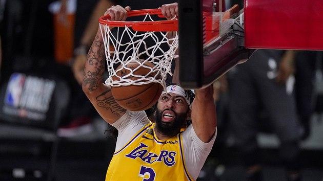 Anthony Davis z Los Angeles Lakers po efektní smeči do koše.