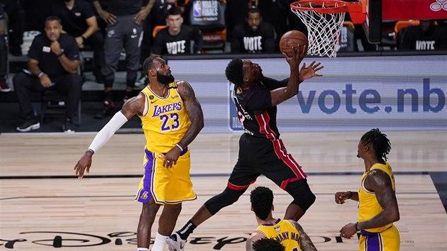 Bam Adebayo z Miami se ve finále NBA prosazuje proti obraně Los Angeles Lakers.