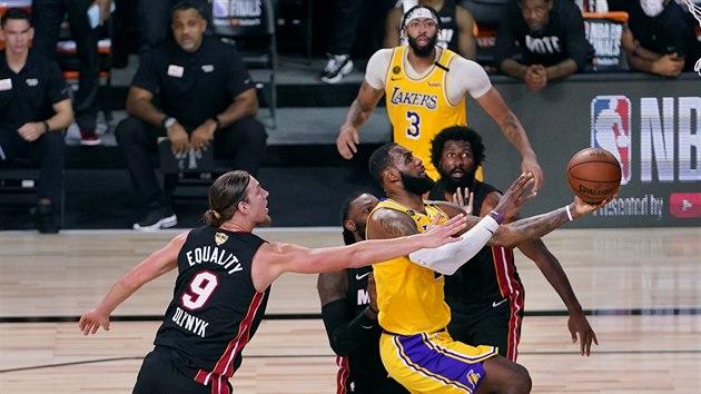 LeBron James z Los Angeles Lakers v prním finále NBA nezadržitelně prochází obranou Miami.
